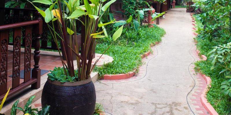 royal_phawadee_village_garden_and_pool02
